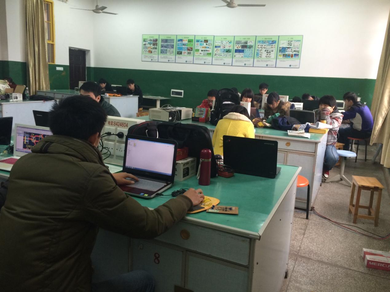 湖南人文科技学院 信息科学与工程系 12级通信工程专业课程设计采访稿 作者:12级信息科学与工程系通信一班杨颖 课程设计,让知识汇于实践 通信工程是信息科学技术发展迅速并极具活力的一个领域,尤其是数字移动通信、光纤通信、Internet网络通信使人们在传递信息和获得信息方面达到了前所未有的便捷程度。通信工程具有极广阔的发展前景,也是人才严重短缺的专业之一。为了使我们的知识能够得到应用,能力得到锻炼,学校特意为我们专业配备了强大的师资力量,进行了一次从2014年12月22日至12月31日为期10天的课程设计